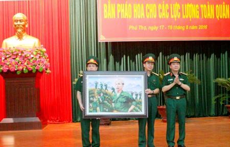 Thiếu tướng Trịnh Văn Quyết, Chính ủy Quân khu trao quà lưu niệm cho Nhà máy Z121.