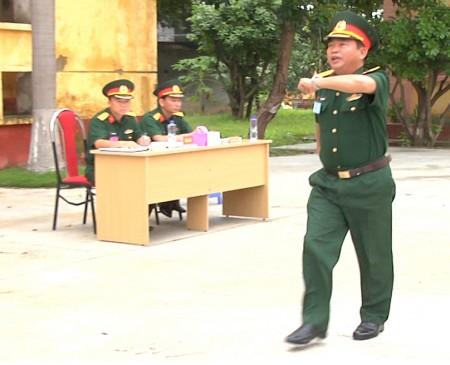 Thí sinh thực hành phần thi huấn luyện điều lệnh đội ngũ tay không.