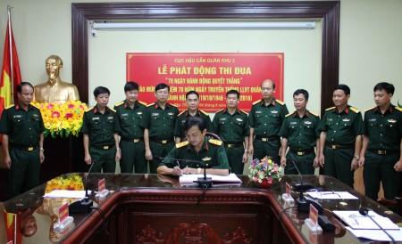 Lãnh đạo, chỉ huy Cục Hậu cần Quân khu chứng kiến các đại biểu phòng, ban cơ quan, đơn vị Cục Hậu cần ký kết thi đua.