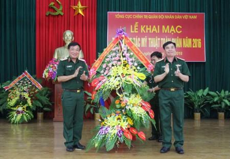 Thiếu tướng Phạm Đưc Duyên, Phó Chính ủy Quân khu tặng lẵng hoa chúc mừng Trại sáng tác.