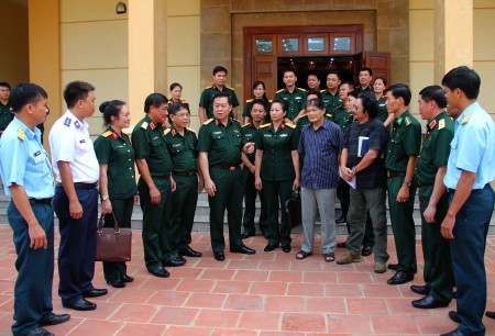 Thủ trưởng Tổng cục Chính trị và Bộ Tư lệnh Quân khu trao đổi với các nghệ sỹ, họa sỹ toàn quân về đề tài LLVT thời kỳ mới.