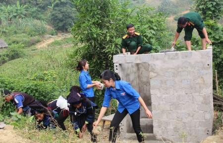 Bộ đội và TTTTN Đoàn KT-QP 345 giúp đồng bào xã A Mú Sung, huyện Bát Xát, tình Lào Cao xây dựng các công trình công cộng.
