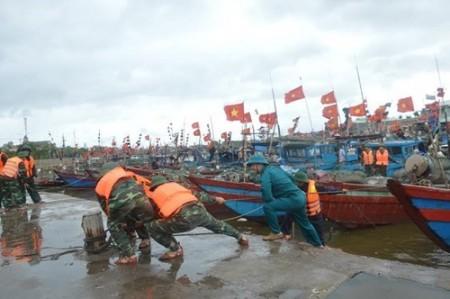 LLVT quận Đồ Sơn (Bộ CHQS thành phố Hải Phòng) giúp dân níu, đậu tàu thuyền tại cảng cá Ngọc Hải. Ảnh: qdnd.vn.