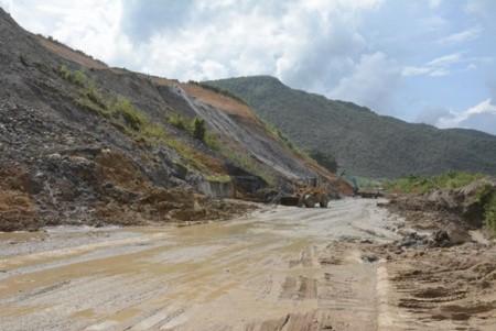 Một điểm sạt lở trên Tỉnh lộ 142, đoạn qua địa bàn xã Mường Tùng, huyện Mường Chà (tỉnh Điện Biên) khiến cho giao thông bị ách tắc.