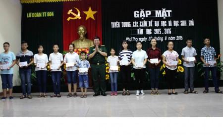 Đại tá Dương Quang Trung, Chính ủy Lữ đoàn tặng quà động viên các cháu học sinh có thành tích trong năm học 2015-2016.