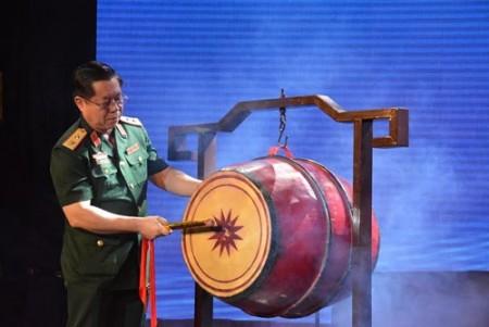 Trung tướng Nguyễn Trọng Nghĩa đánh trống khai mạc liên hoan.