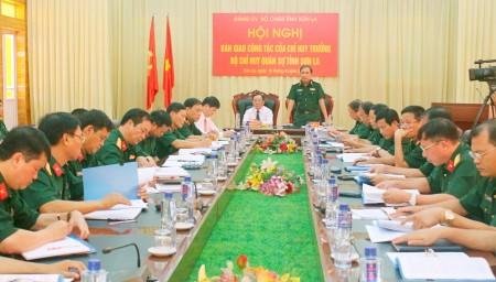 1.Thiếu tướng Phùng Sĩ Tấn phát biểu chỉ đạo tại Hội nghị Bàn giao công tác của Chỉ huy trưởng Bộ CHQS tỉnh Sơn La.