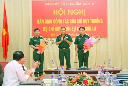 2.Thiếu tướng Phùng Sĩ Tấn tặng hoa chúc mừng Thiếu tướng Hoàng Ngọc Dũng, Phó Tư lệnh Quân khu và Đại tá Trần Xuân Cương, Phó Chỉ huy trưởng, Tham mưu trưởng Bộ CHQS tỉnh Sơn La.