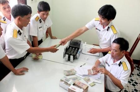Cơ quan tài chính Lữ đoàn 146 thực hiện chi trả chế độ cho Bộ đội Trường Sa.Ảnh:TRẦN TRỌNG TUẤN.