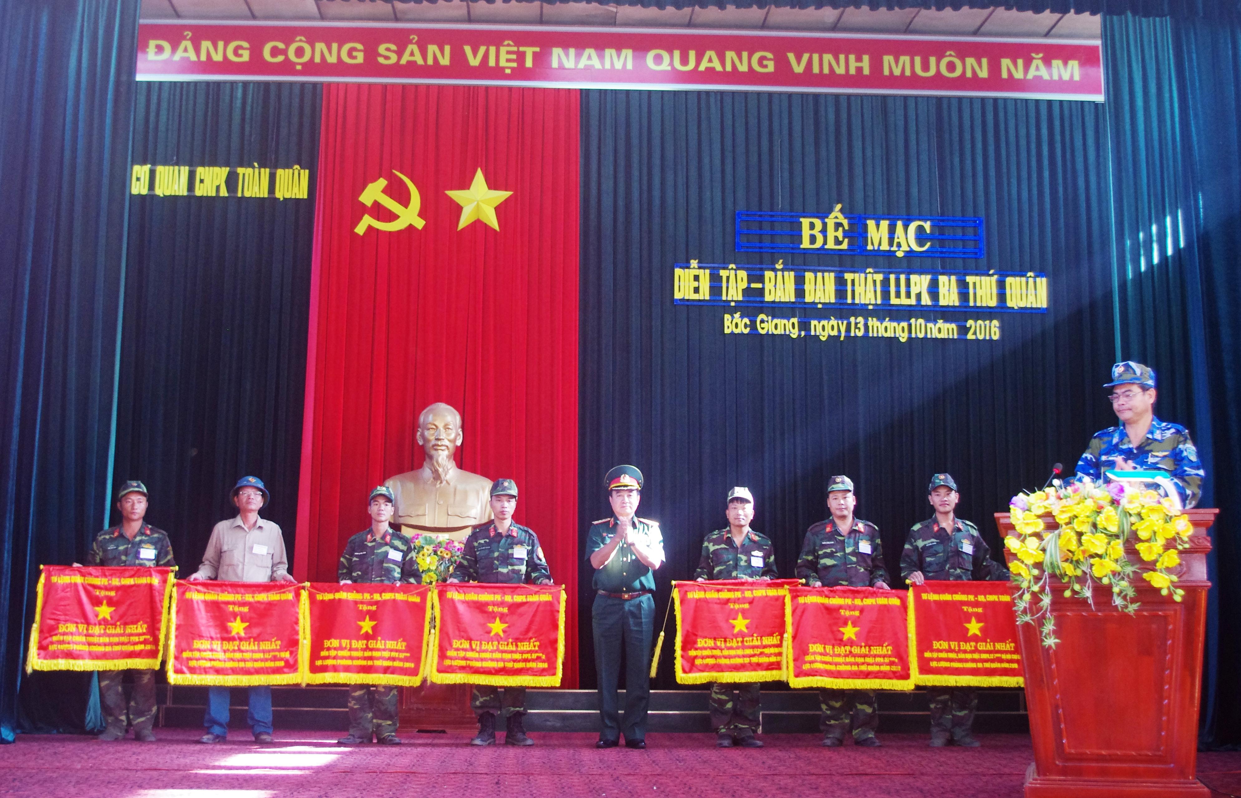 Thượng tướng Võ Văn Tuấn, Phó Tổng Tham mưu trưởng QĐND Việt Nam tặng cờ cho các đơn vị đạt giải Nhất.