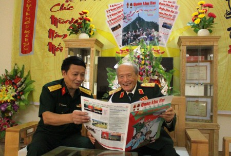 Trung tướng Phạm Hồng Cư đọc báo, đánh giá cao chất lượng nội dung, hình thức Báo Quân khu số đặc biệt kỷ niệm 70 năm Ngày truyền thống LLVT Quân khu.