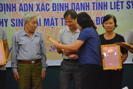 Đại diện Tổng công ty Thăm dò Khai thác dầu khí (PVEP)-đơn vị đồng hành với chương trình-trao kết quả giám định ADN tới thân nhân liệt sĩ.