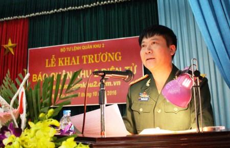 """Đại tá Nguyễn Như Bách, Phó Chủ nhiệm Chính trị Quân khu báo cáo kết quả xây dựng và triển khai """"Đề án Báo Quân khu 2 điện tử""""."""