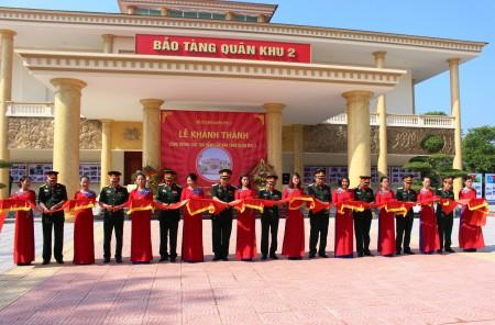 Thủ trưởng Bộ Tư lệnh Quân khu và các đại biểu cắt băng khánh thành Bảo tàng Quân khu 2.