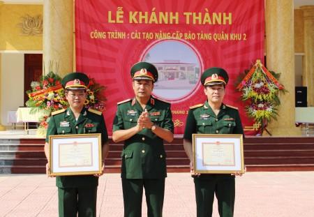 Thiếu tướng Phùng Sĩ Tấn, Ủy viên Thường vụ Đảng ủy, Phó Tư lệnh, Tham mưu trưởng, Phụ trách Tư lệnh Quân khu tặng bằng khen cho đơn vị thi công.