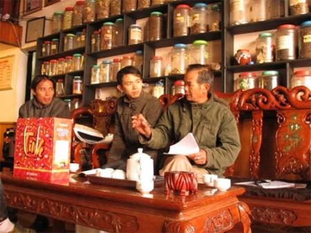 Ông Nguyễn Văn Ngọc (ngoài cùng bên phải) tư vấn cách trị bệnh cho người dân.