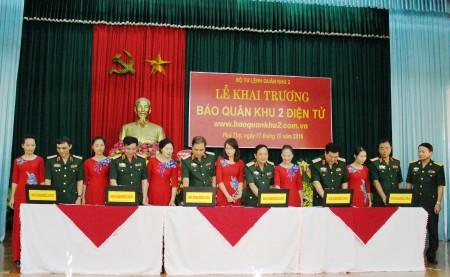 Các đồng chí trong Thường vụ Đảng ủy, Bộ Tư lệnh Quân khu, lãnh đạo, chỉ huy Cục Chính trị và các đại biểu bấm nút chính thức hòa mạng...