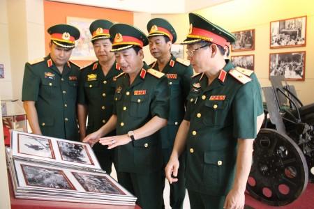 Thủ trưởng Bộ Tư lệnh Quân khu và các đại biểu tham quan gian trưng bày tại Bảo tàng Quân khu.