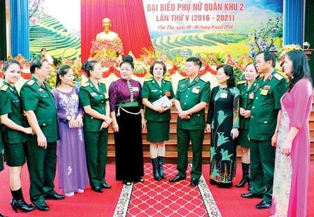 Thủ trưởng BTL và Cục Chính trị Quân khu 2 trò chuyện với các đại biểu tại Đại hội phụ nữ Quân khu, nhiệm kỳ 2016-2021.  Ảnh: VIỆT DƯƠNG