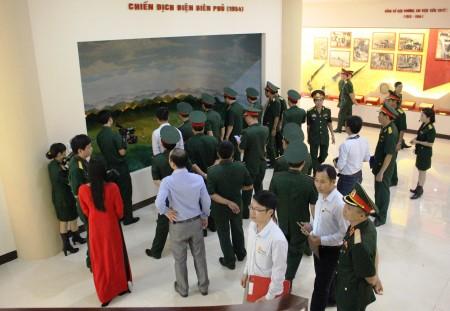 Cán bộ, chiến sỹ và nhân dân trên địa bàn tham quan Bảo tàng Quân khu trong ngày đầu khánh thành.