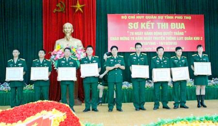Đại tá Nguyễn Hồng Thái, Phó Chính ủy Bộ CHQS tỉnh trao thưởng cho cá nhân đạt thành tích cao trong Cuộc thi tìm hiểu 70 năm truyền thống LLVT Quân khu.