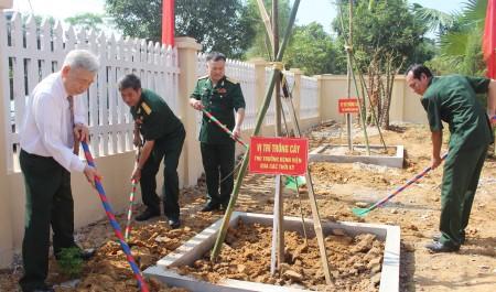 Lãnh đạo Cục Hậu cần trồng cây lưu niệm trong khuôn viên công trình.