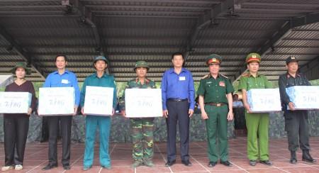 Thiếu tướng Phạm Đức Duyên, Phó Chính ủy Quân khu tặng quà các cá nhân đạt thành tích cao trong diễn tập KVPT tỉnh Vĩnh Phúc năm 2016.