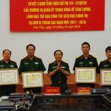 Thiếu tướng Trịnh Văn Quyết, Bí thư Đảng uỷ, Chính uỷ Quân khu trao Bằng khen của Bộ trưởng Bộ Quốc phòng tặng Bằng khen và Tổng cục Chính trị tặng các đơn vị hoàn thành tốt nhiệm vụ.