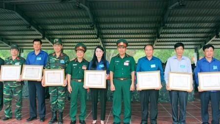 Ban Chỉ đạo diễn tập Quân khu trao Bằng khen tặng các tập thể đạt thành tích xuất sắc trong diễn tập.