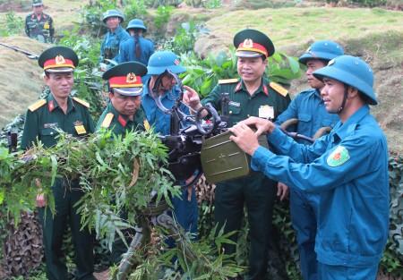 Đại tá Nguyễn Thanh Liêm, Chủ nhiệm Kỹ thuật Quân khu động viên chiến sỹ dân quân huyện Tam Đảo trước giờ thực binh.
