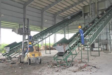 Công nhân vận hành dây chuyền tại Nhà máy xử lý chất thải rắn sinh hoạt huyện Thuận Thành, tỉnh Bắc Ninh.Ảnh do doanh nghiệp cung cấp