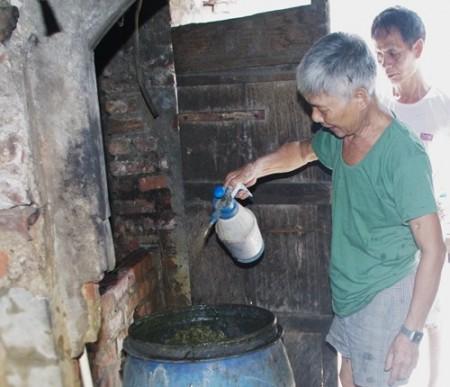 """Mô hìnhsử dụng chế phẩm EM Bokashi đểxử lý rác thải hữu cơ đã bị """"chết yểu"""". Tạixã Tiền Yên, huyện Hoài Đức, TP Hà Nội, chỉ còn gia đình ông Nguyễn Viết Nhương áp dụng."""