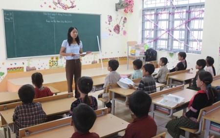 Học sinh Lớp 4A1 (Trường PTDTBT tiểu học xã Trung Chải) trong ngôi trường mới.