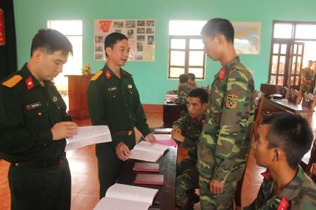 Đoàn công tác kiểm tra sổ tay pháp luật của bộ đội tại Trung đoàn 148.
