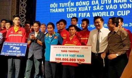 Lễ mừng công ĐT U19 Việt Nam. Ảnh: zing.vn.