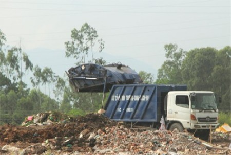 Xe ô tô thu gom rác đến bãi rác Đèo Sen ở TP Hạ Long, tỉnh Quảng Ninh.