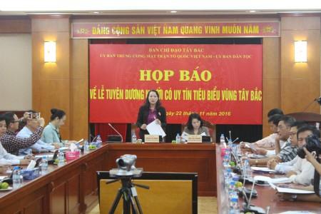 Đồng chí Hoàng Thị Hạnh, Phó trưởng Ban Chỉ đạo Tây Bắc phát biểu tại buổi họp báo.