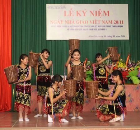 Tiết mục văn nghệ chào mừng buổi lễ do các em học sinh nhà trường biểu diễn.
