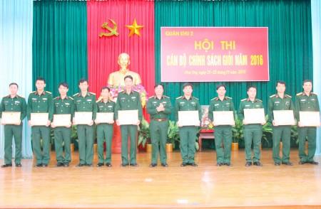 Thiếu tướng Phạm Đức Duyên, Phó Chính ủy Quân khu trao bằng khen tặng các cá nhân đạt thành tích cao trong hội thi