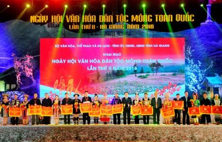 Lãnh đạo tỉnh Hà Giang và Bộ Văn hóa, Thể thao và Du lịch trao Cờ lưu niệm tặng các tỉnh tham dự Ngày hội văn hóa các dân tộc Mông.