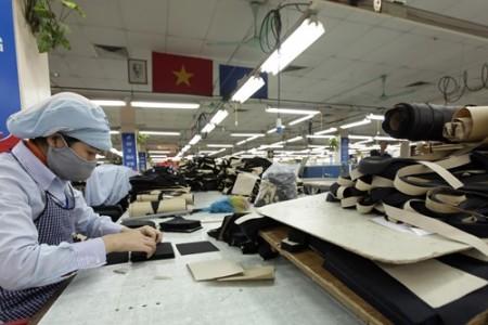 Nhiều công nhân làm trong ngành dệt may không muốn tăng tuổi nghỉ hưu. Ảnh:TRỌNG HẢI.