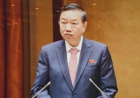 Bộ trưởng Bộ công an, Thượng tướng Tô Lâmtrình bày Tờ trình dự án Luật Quản lý, sử dụng vũ khí, vật liệu nổ và công cụ hỗ trợ. Ảnh: Thu Hà.