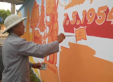 Cựu chiến binh Dương Văn Nhâm luôn tỷ mỷ trong từng nét vẽ.