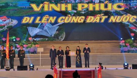 Chủ tịch Quốc hội trao Huân chương Lao động hạng Nhất cho nhân dân và cán bộ tỉnh Vĩnh Phúc.