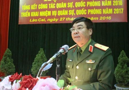 Phó Chính ủy Quân khu phát biểu tại hội nghị.