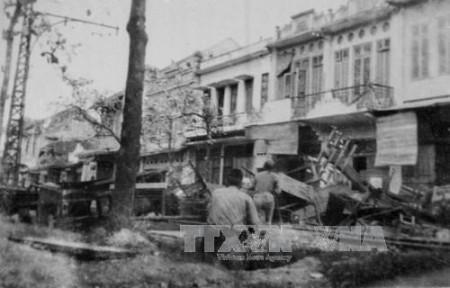 Quân dân Hà Nội chiến đấu trên đường phố, đáp lời kêu gọi Toàn quốc kháng chiến của Chủ tịch Hồ Chí Minh, đêm 19-12-1946. Ảnh: TTXVN.