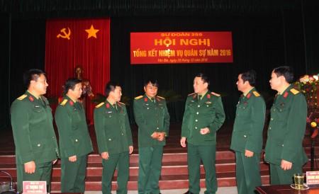 Đồng chí Phó Tư lệnh Quân khu trao đổi với lãnh đạo, chỉ huy Sư đoàn 355 tại hội nghị tổng kết thực hiện nhiệm vụ quân sự năm 2016.