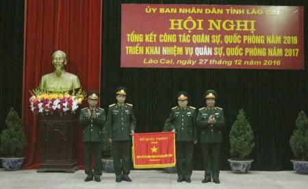 Phó Chính ủy Quân khu tặng Cờ thi đua của Bộ Quốc phòng cho Bộ CHQS tỉnh Lào Cai.