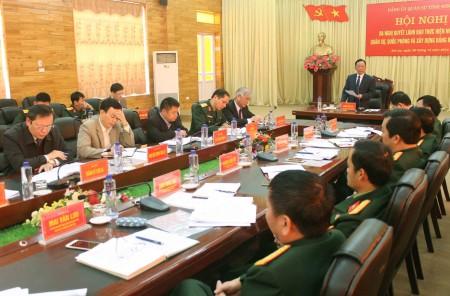 Đồng chí Hoàng Văn Chất, Bí thư Tỉnh ủy, Bí thư Đảng ủy Quân sự tỉnh, Chủ tịch HĐND tỉnh chủ trì hội nghị.
