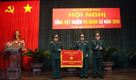 Thiếu tướng Hoàng Ngọc Dũng trao Cờ của Bộ Quốc phòng tặng Sư đoàn 355.